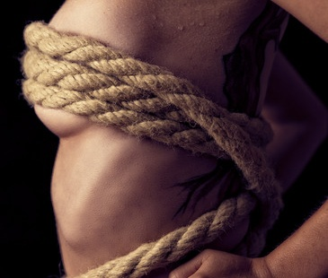Erotische Aufnahme einer Frau mit Bondage Seil