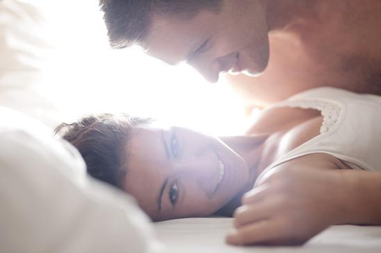 Glückliches Paar dank erotischem Valentinstagsgeschenk